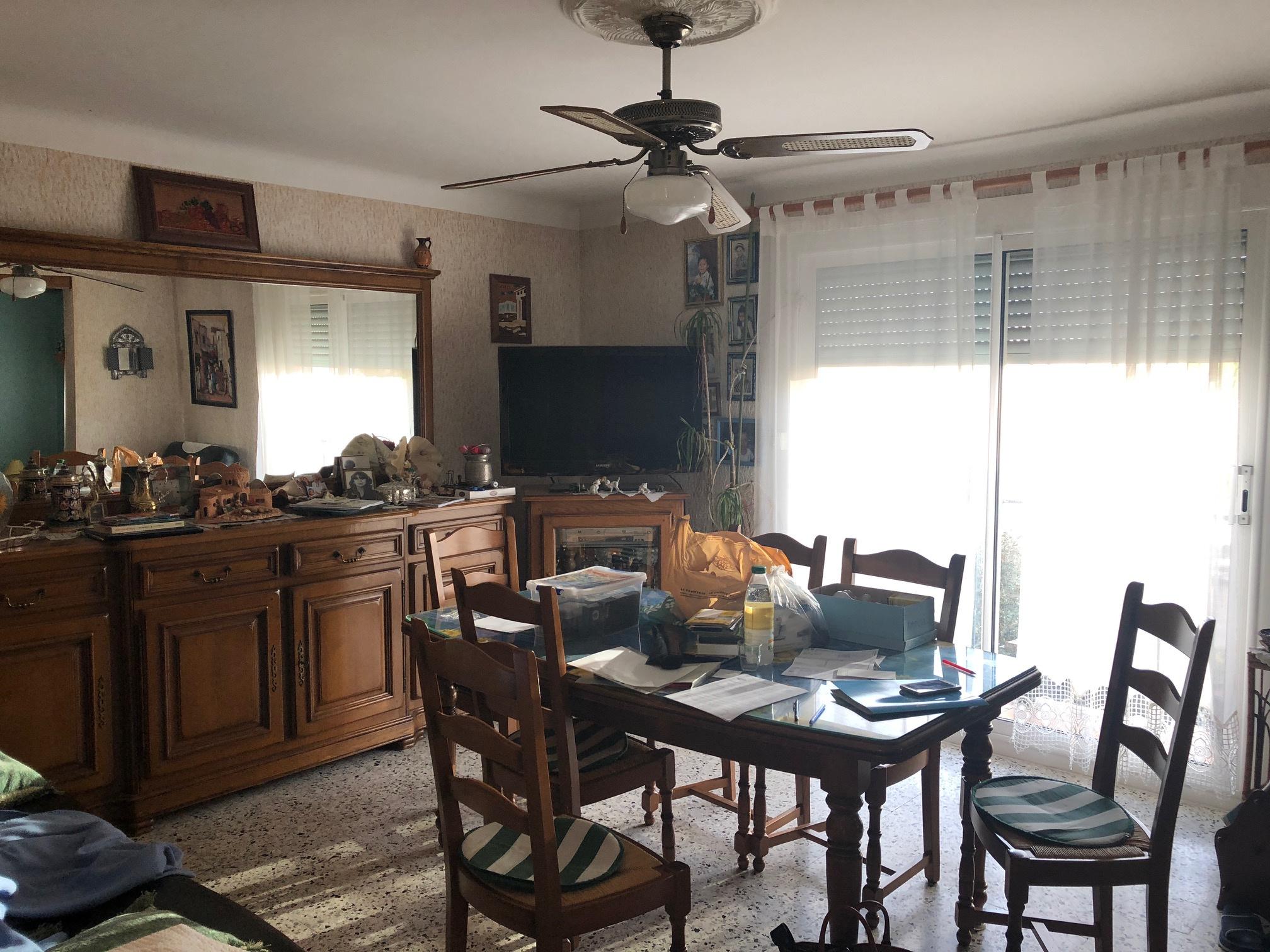 Séjour avec espace salle à manger spacieux et lumineux avec balcon terrasse,