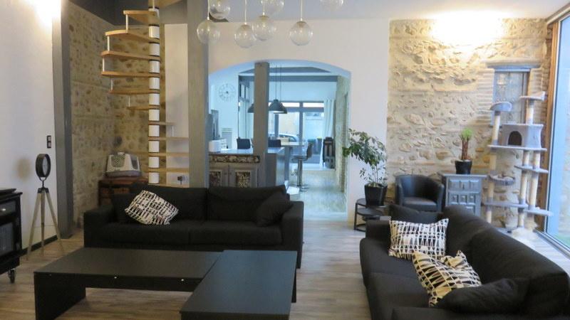 Salon haut plafond avec ouverture et cheminée .