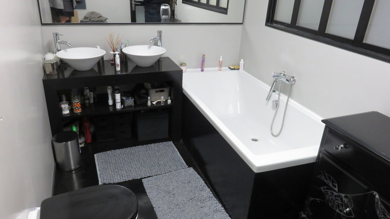 Salle de bain neuve avec espace douche .