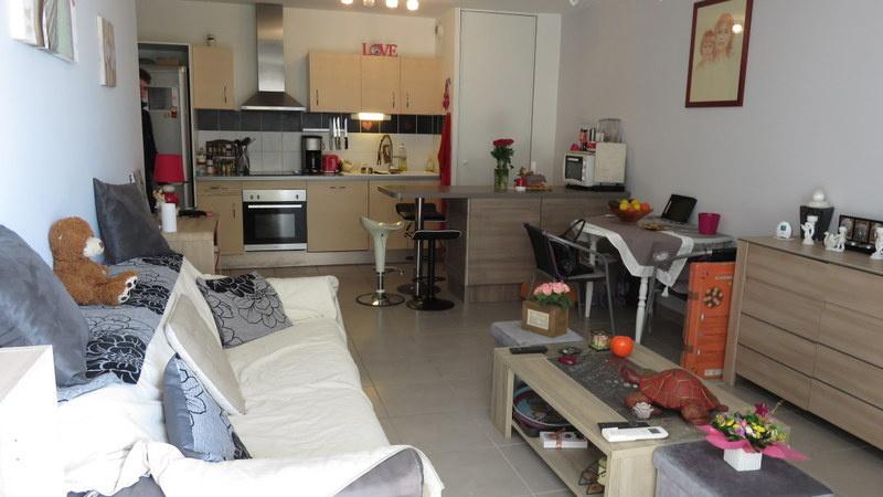 Grand salon avec cuisine ouverte